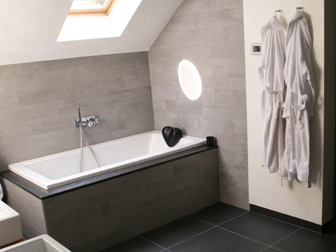 Badkamer In Slaapkamer : Badkamer en slaapkamer met sauna en inloopkast